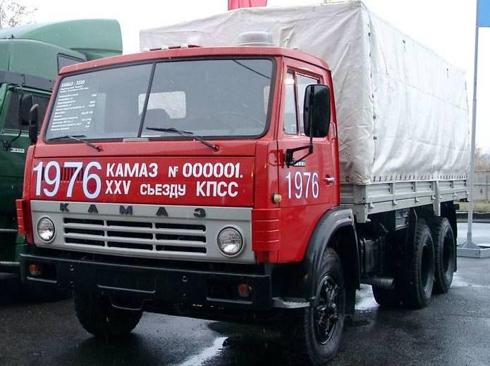 Набережные Челны. КАМАЗа годов грузовика КАМАЗ-53202 первый Карозерс день СССР медалью саркофага