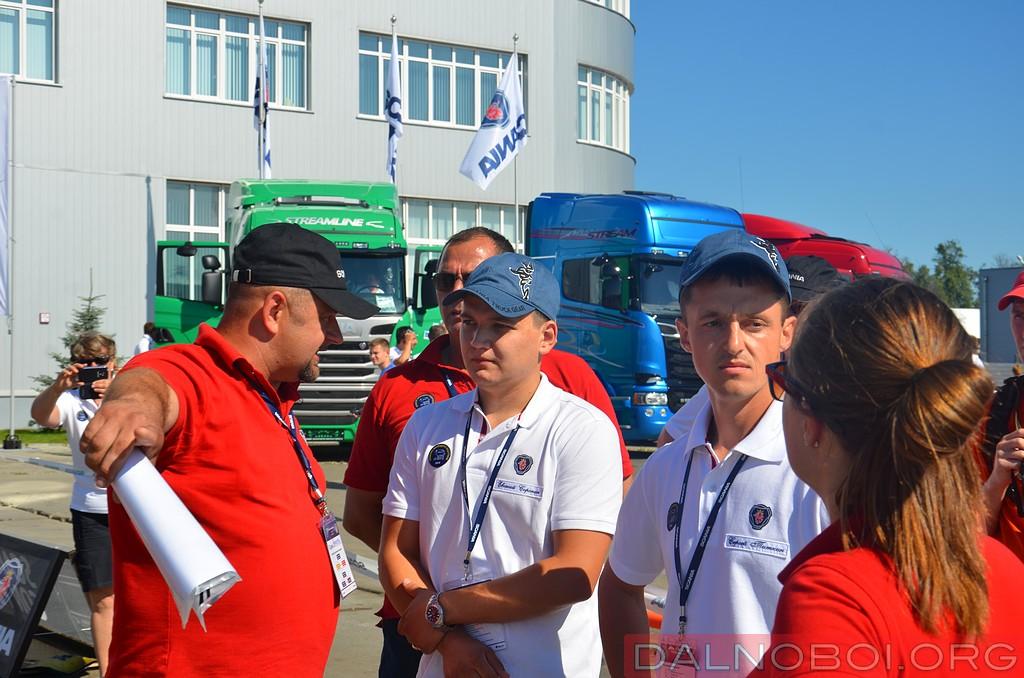 Главный судья соревнований Алексей Олин ставит точки над И перед финальным заездом