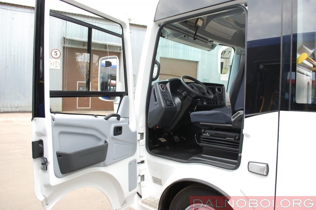 Для водителя в ПАЗе по традиции имеется отдельная дверь, за которой анатомическое сиденье на пневмоподвеске, регулируемая рулевая колонка и современная передняя панель