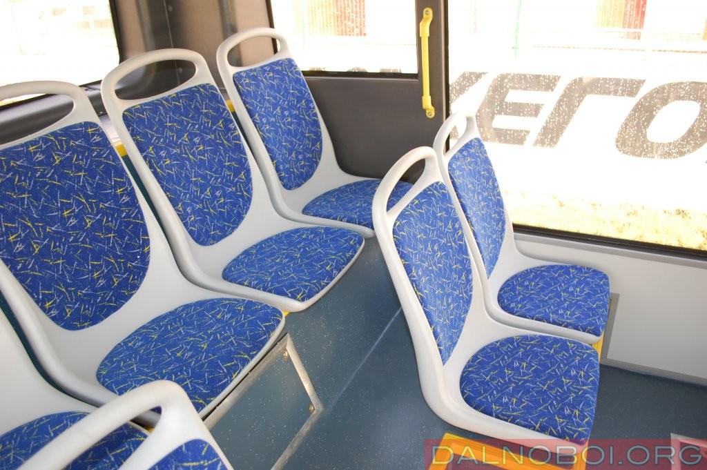Салон такого ЛиАЗа всем хорош, но ему не хватает нескольких поручней в задней части салона и места для коленок пассажира на последнем ряду сидений