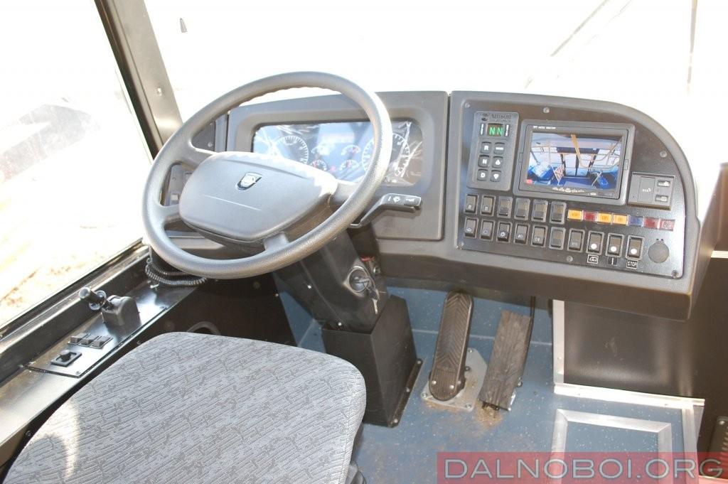 Водительское место в КАвЗе установлено выше ЛиАЗовского, управление 6-ступенчатой АКП вынесено на пульт. Настройка тормозной системы – наилучшее в тестовом трио