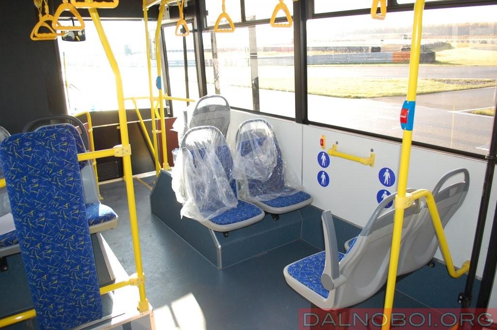 Высокие борта затрудняют обзорность пассажирам низкого и среднего роста в боковые окна с передних сидений. Зато поручней в достатке, как в передней, так и в задней частях салона