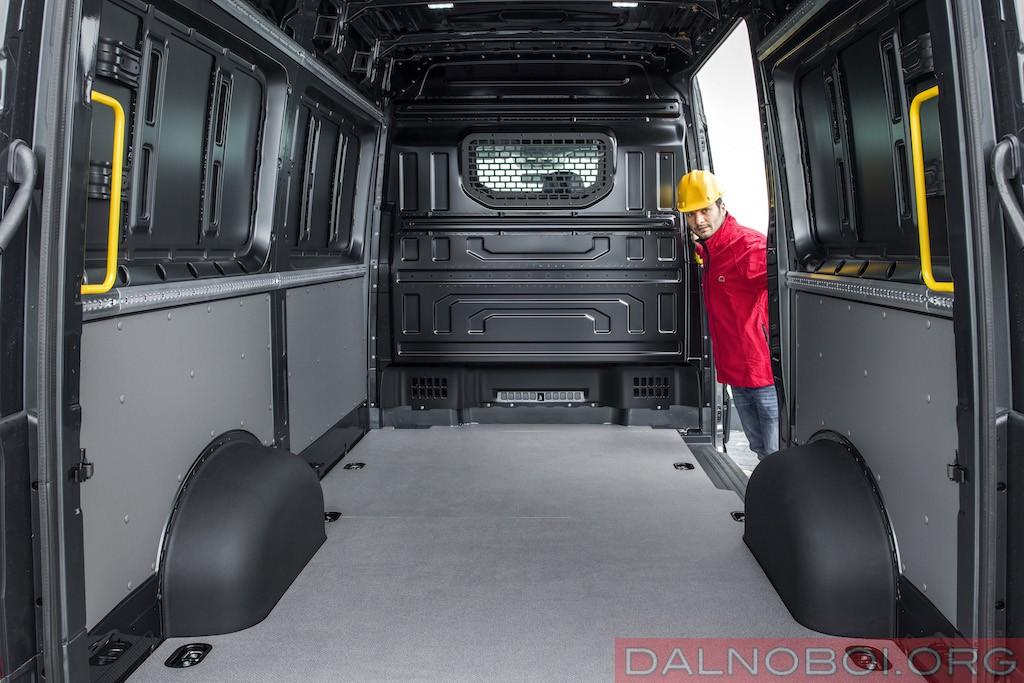 Пол грузового отсека цельнометаллического фургона с износостойким настилом по всей длине.