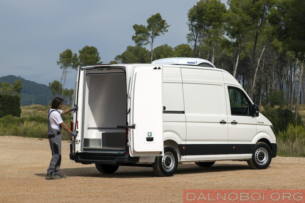 Тыльные двери фургона можно открыть на угол до 270 градусов.