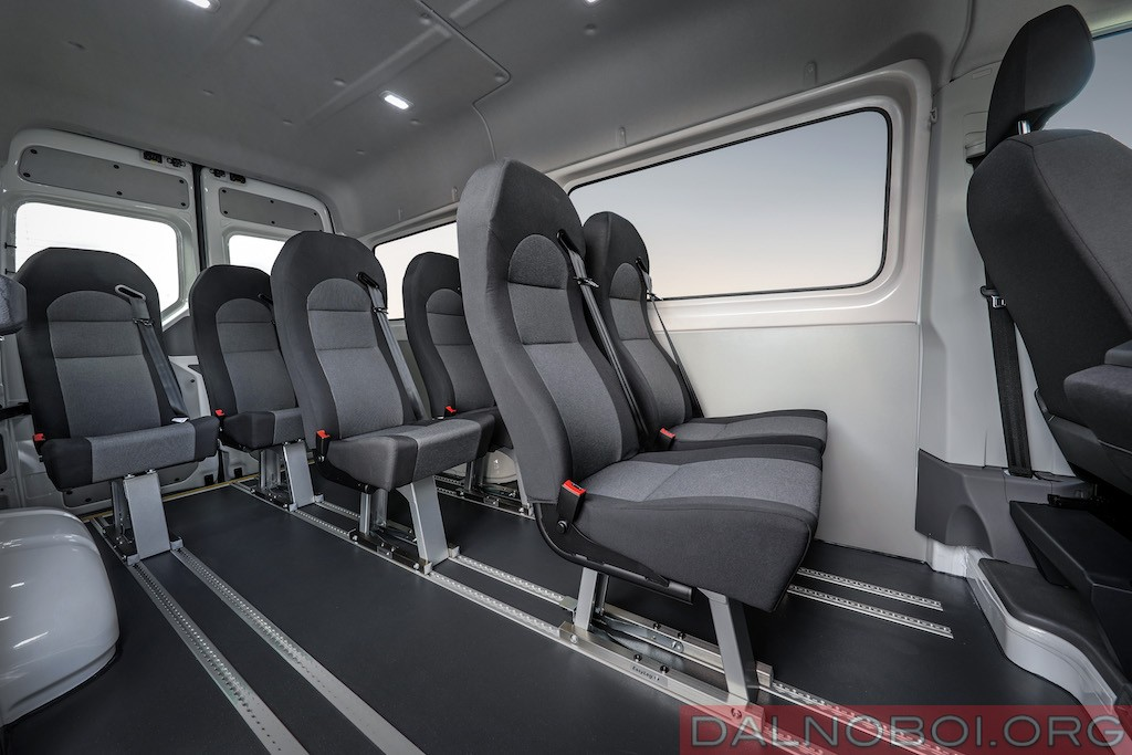 Пассажирский микроавтобус получил салон с возможностью перестановки и фиксации сидений на усмотрение владельца.