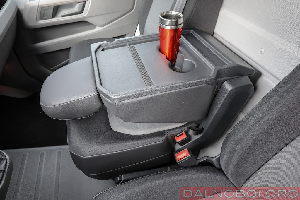 Спинку пассажирского сиденья в сложенном положении можно превратить в обеденный столик.