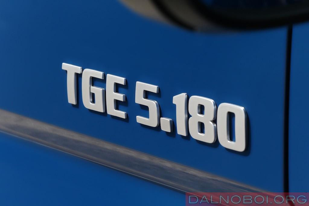 Фирменное обозначение новой серии LCV. Индекс «5.180» читается так: полная масса — 5 т, мощность двигателя — 177 л.с. (округлено — 180).