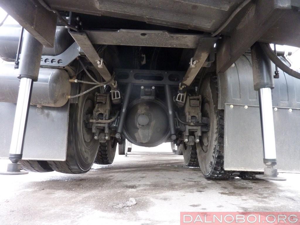 Для большей устойчивости машина снабжена комплектом дополнительных опор, установленных вокруг задней тележки шасси АГП