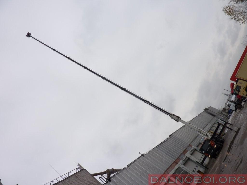 При максимальном выдвижении стрелы, люлька с оператором находится на невероятной высоте – 75 метров