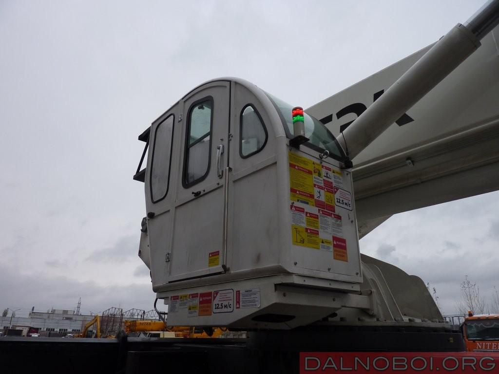 Для оператора АГП имеется отдельная стальная кабина с практически полностью остекленной крышей для максимального угла обзора