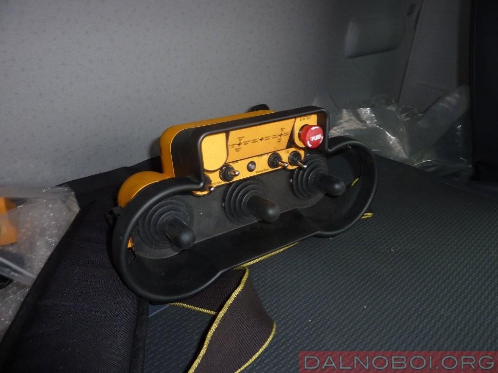 …или с пульта дистанционного управления, который монтажнику удобнее всего взять с собой на высоту для максимальной точности своего позиционирования
