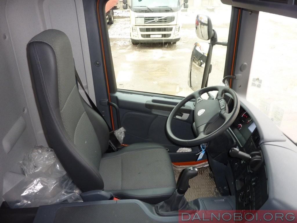 Интерьер Scania с кабиной серии P вполне удобен и неприхотлив. Внимание на себя обращает удобное анатомическое кресло водителя на пневмоподвеске