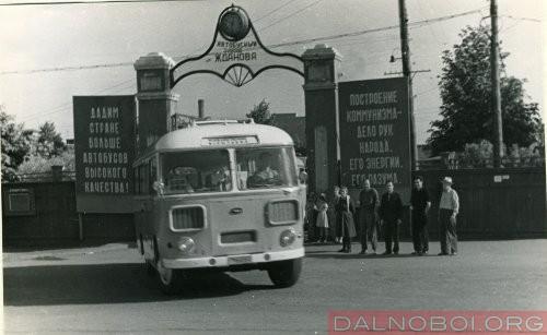 Avtobus PAZ-672 vyiezjaet iz prohodnoy, 1968 god_500x307