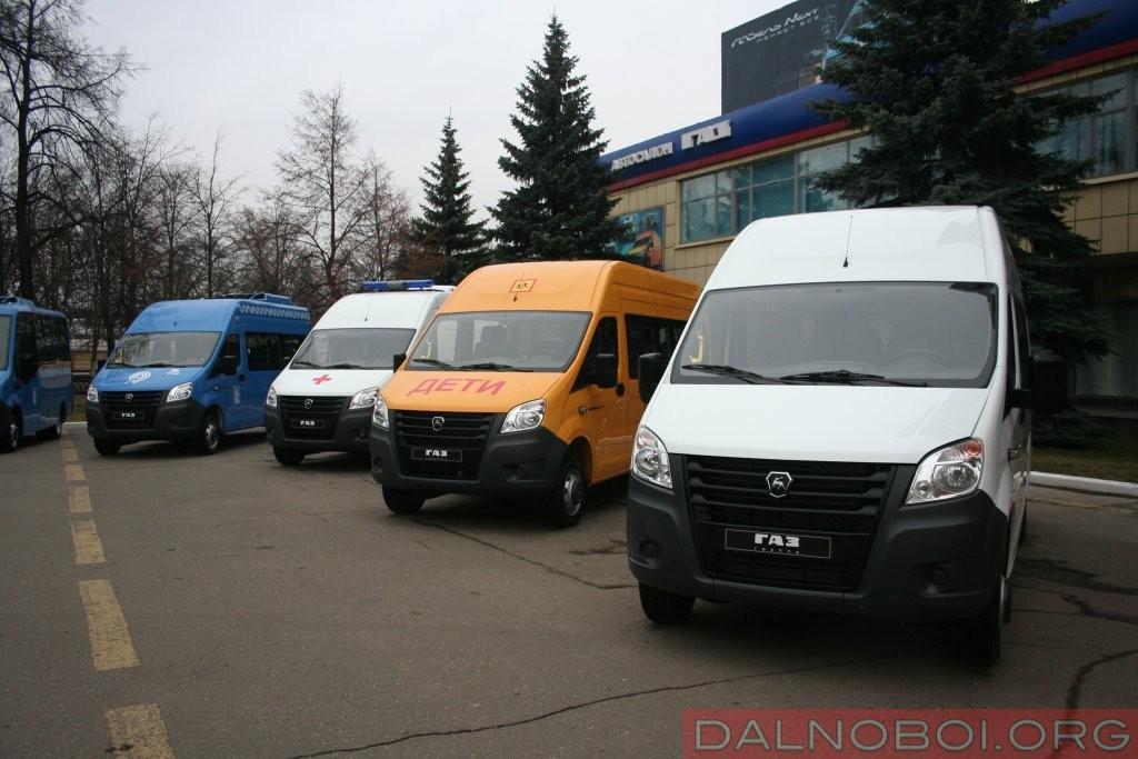 Выставка новинок-2017 в год 85-летия ГАЗа около здания заводоуправления