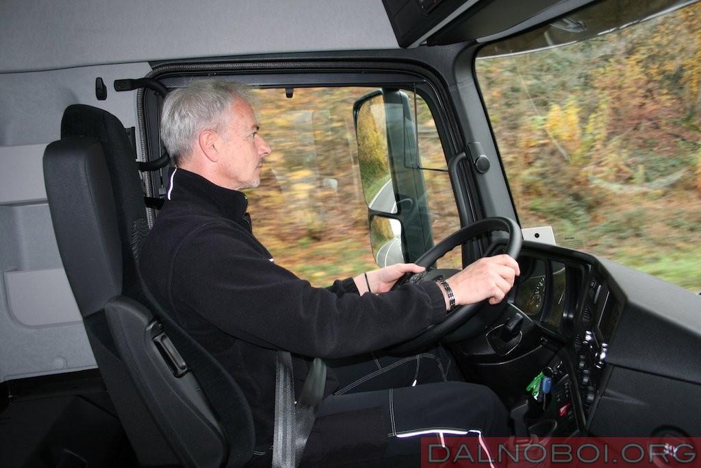 За рулем Mercedes-Benz Actros водитель чувствует себя почти как в кабине магистрального тягача.