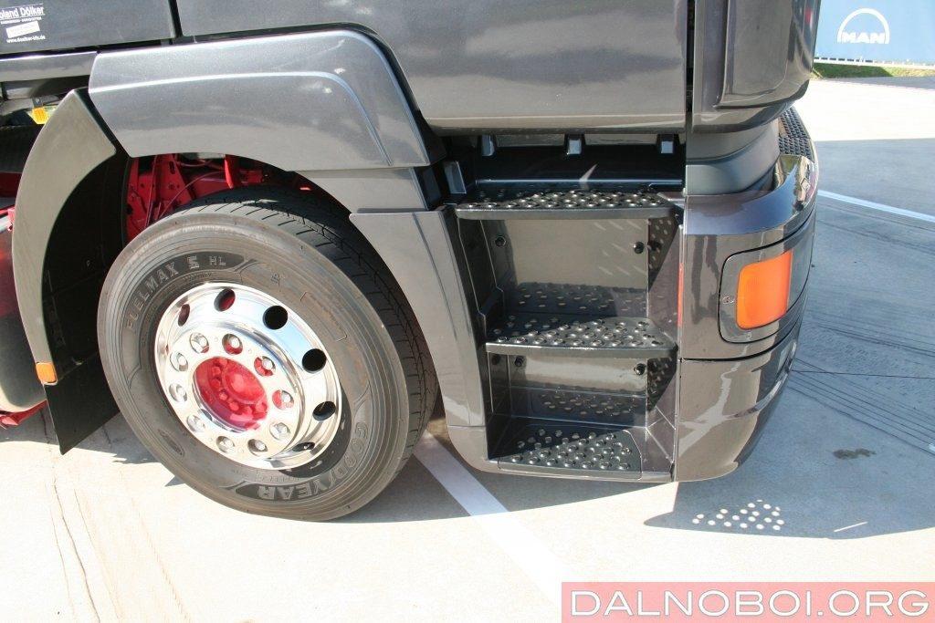 Входные ступени на F2000еще открытые. Начиная с модели TGA, появятся удлинители дверей.