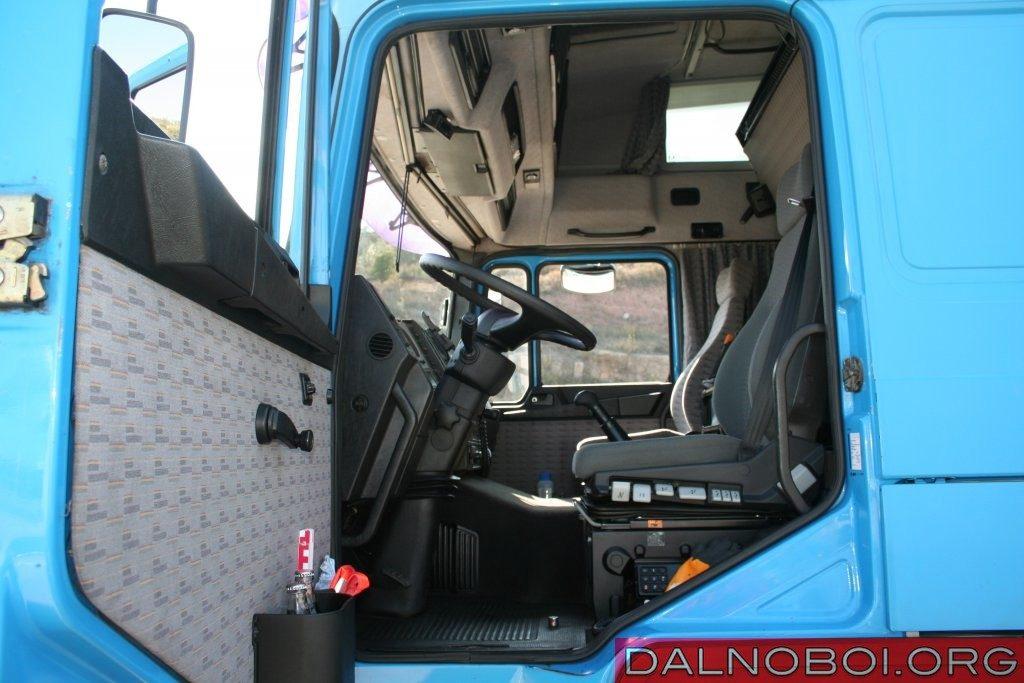 Благодаря широко открываемой двери и ступеням вход и выход в кабину F90 очень удобные.