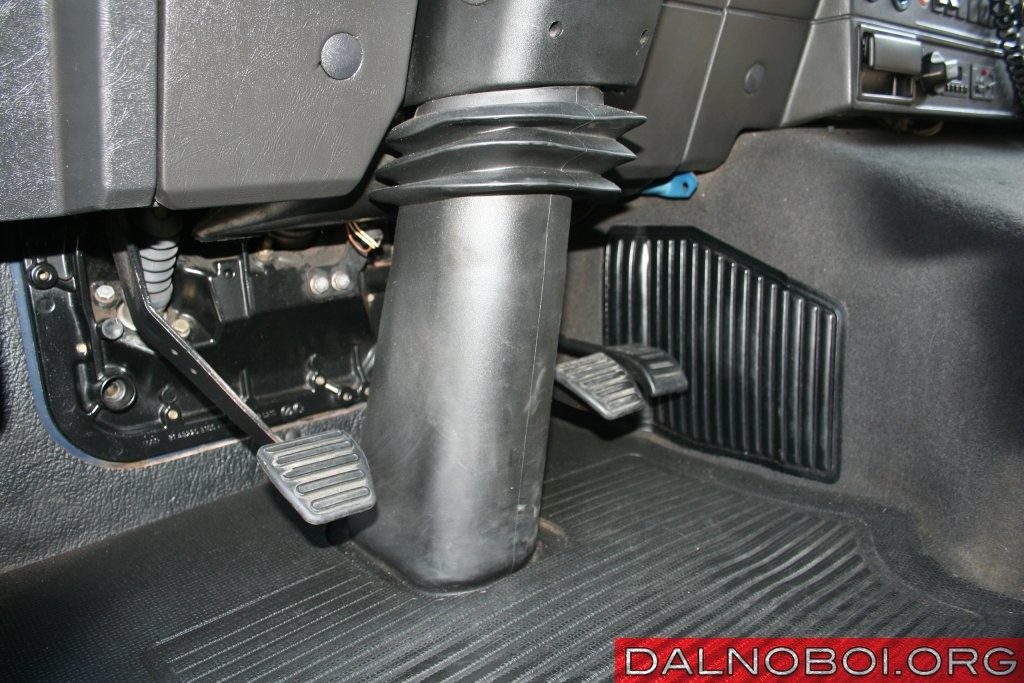 Все три педали у F90 подвесные, на оптимальной высоте и под нужным углом.