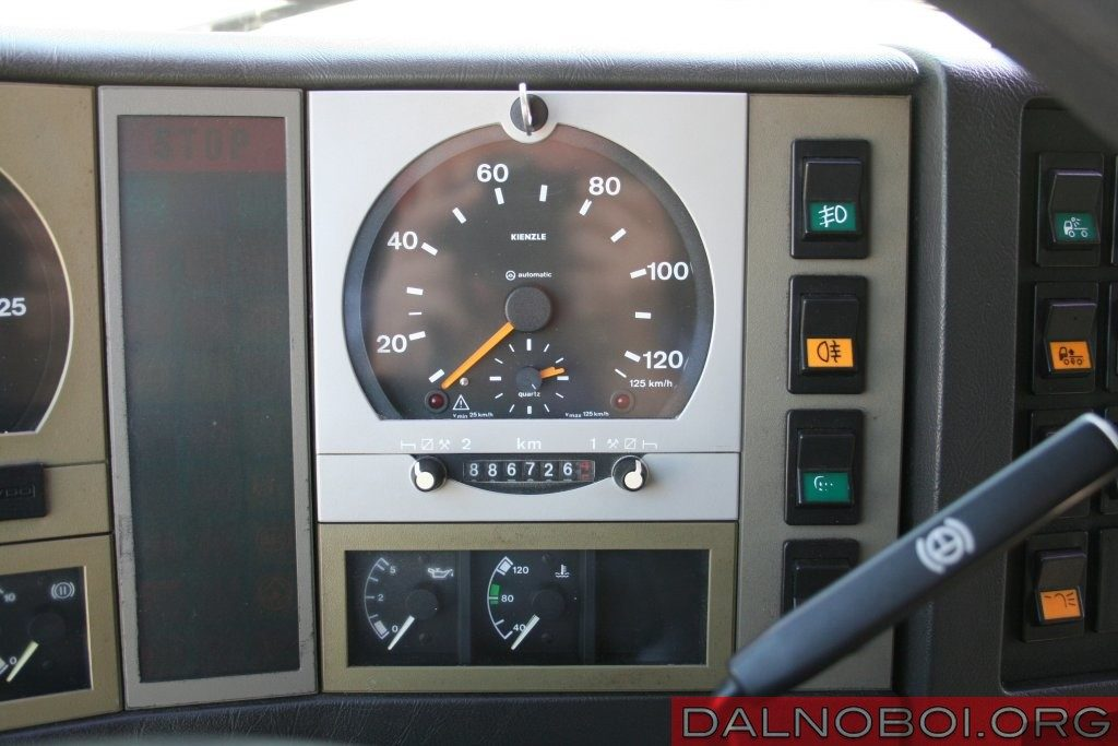 За штатным одометром F90 расположен аналоговый самописец для записи параметров двух водителей.