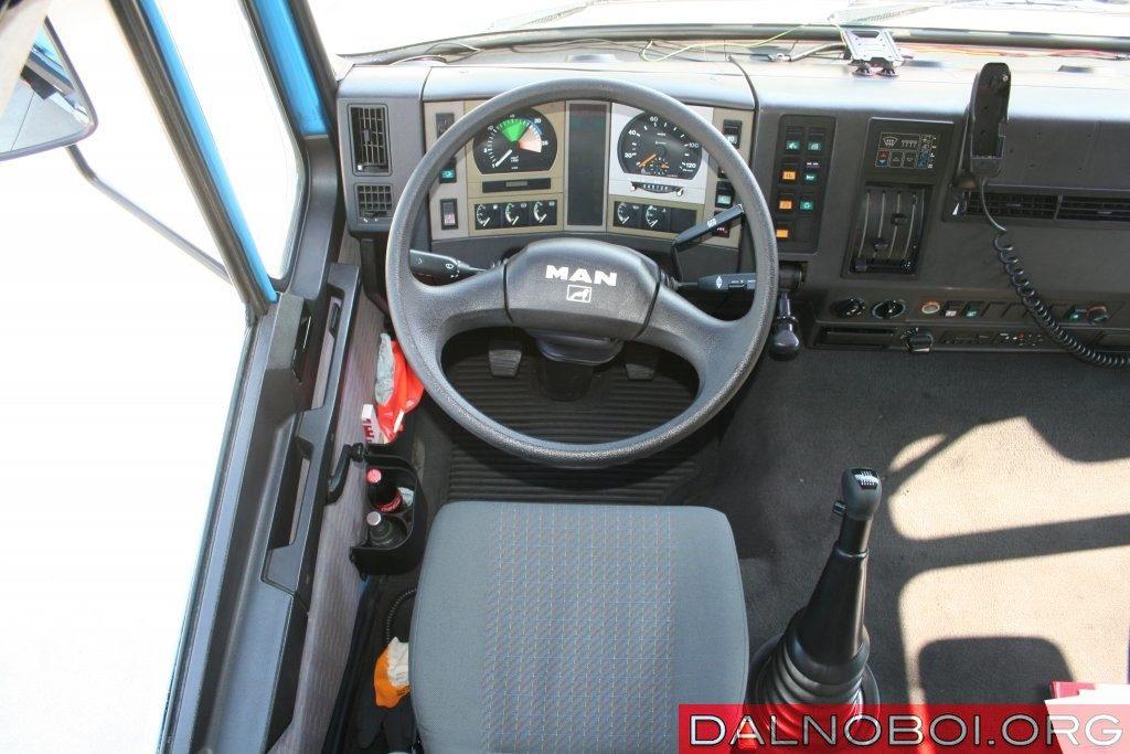 Двухспицевый руль MAN F90 не перекрывает щиток приборов практически в любом положении.