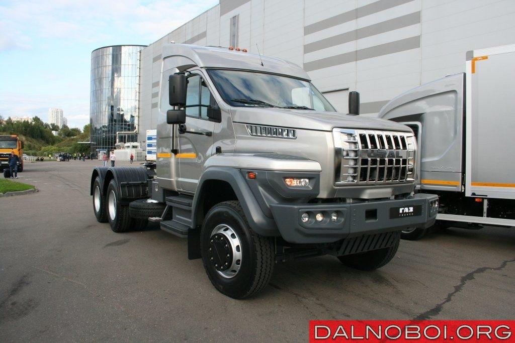 На тягаче установлен 422-сильный дизельный мотор ЯМЗ-653.