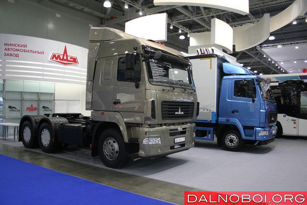 Седельный тягач МАЗ-643029-1420-012 (6х4) с двигателем WP12.430Е4 (Евро-4) мощностью 430 л.с. и КП ZF 16S2520 TO. На втором плане (с голубой кабиной) — среднетоннажный МАЗ-4381СО-2520-060 (4х2) с мотором ЯМЗ-53423 Евро-5 мощностью 170 л.с. и КП ZF 6S800 TO