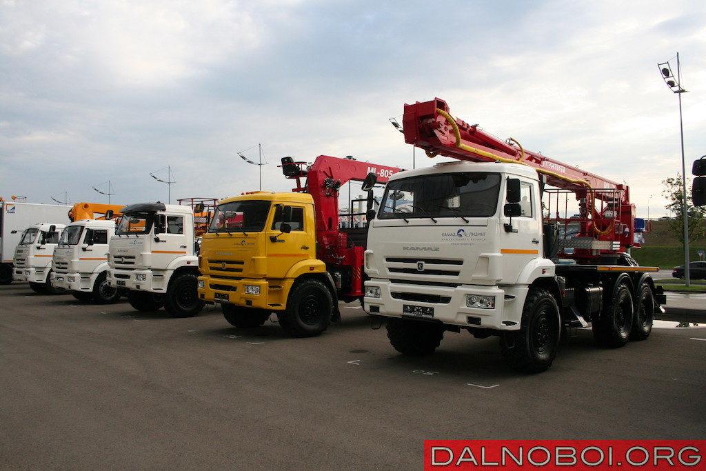 Автовышки, АГП и КМУ на шасси полноприводных КАМАЗов моделей 4350 и 43118 с колесной формулой 6х6. На переднем плане — КАМАЗ-4350 (6х6) с автовышкой Megalift ML29