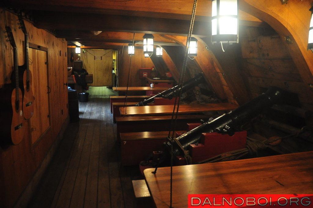 Это же помещение с пушками используется в качестве столовой