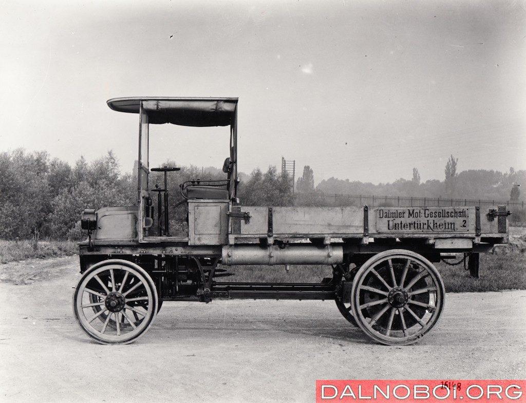 Модель Daimler 1897 года. Уже видно, как из телеги прорисовывается облик современного грузовика