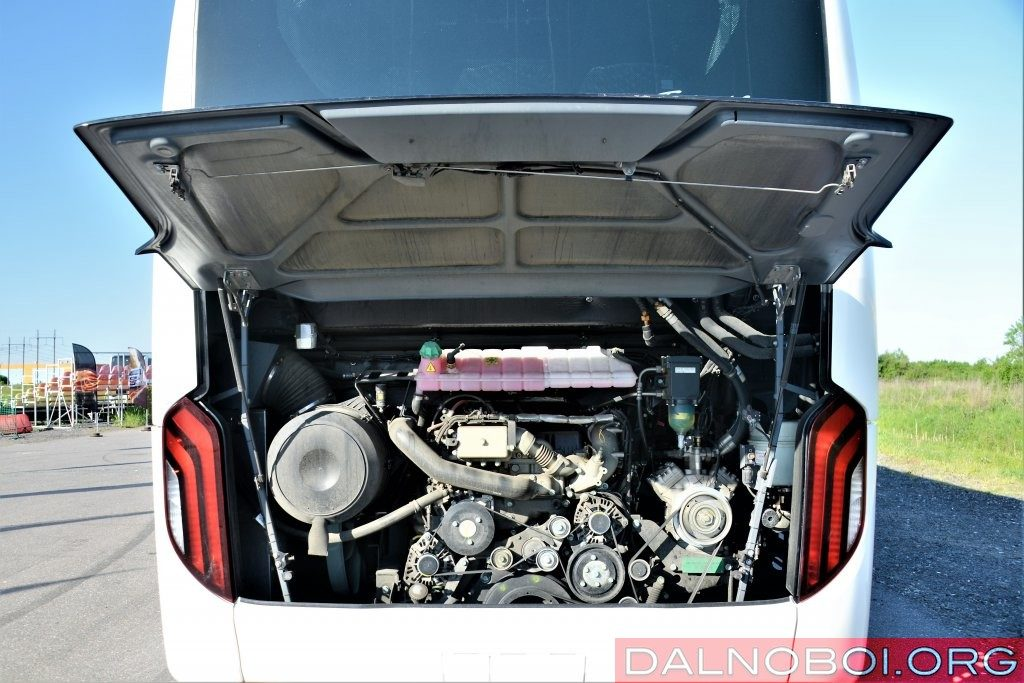 Дизельный двигатель D2676 LOH 26 (EEV) в заднем свесе расположен, будто на учебном стенде. Это облегчает проведение осмотра и технического обслуживания