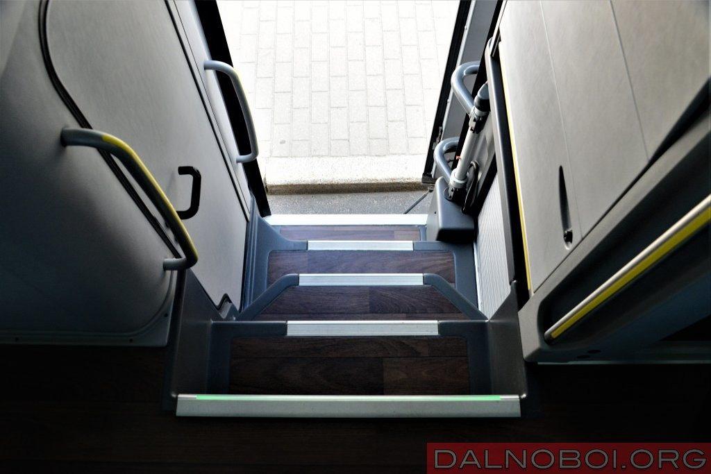 Края ступеней обрамлены алюминиевым кантом. Это повышает безопасность пользования выходом через вторую дверь