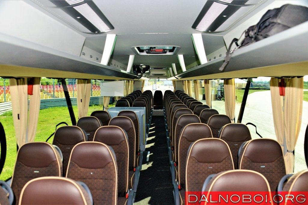 Пассажирский салон двухосного лайнера вмещает 49 человек, плюс гида и водителя, а трехосного – на восемь человек больше