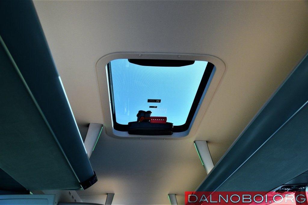 Стеклянный люк в крыше традиционно выступает и запасным выходом