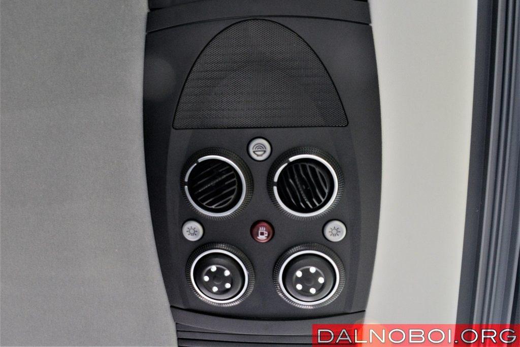 Потолочный сервисный блок удобен в обращении, к тому же укомплектован всем необходимым: регулируемыми соплами вентиляции, кнопками включения ламп для чтения, выключения динамика и вызова бортпроводника