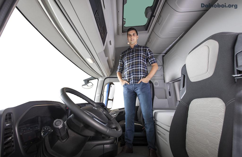 Высокий потолок дает ощущение простора и свободы. Люк добавляет естественного освещения и визуально расширяет кабину.